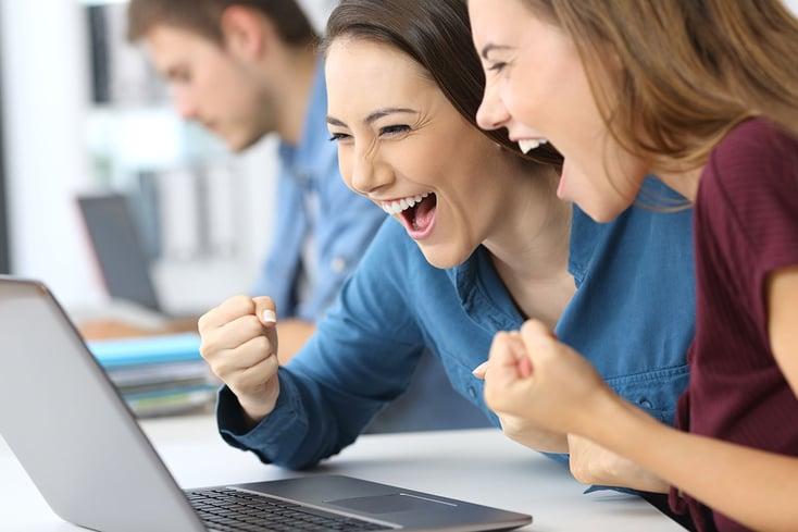 Social Selling Geschäftsabschluss Zwei Frauen vorm Laptop