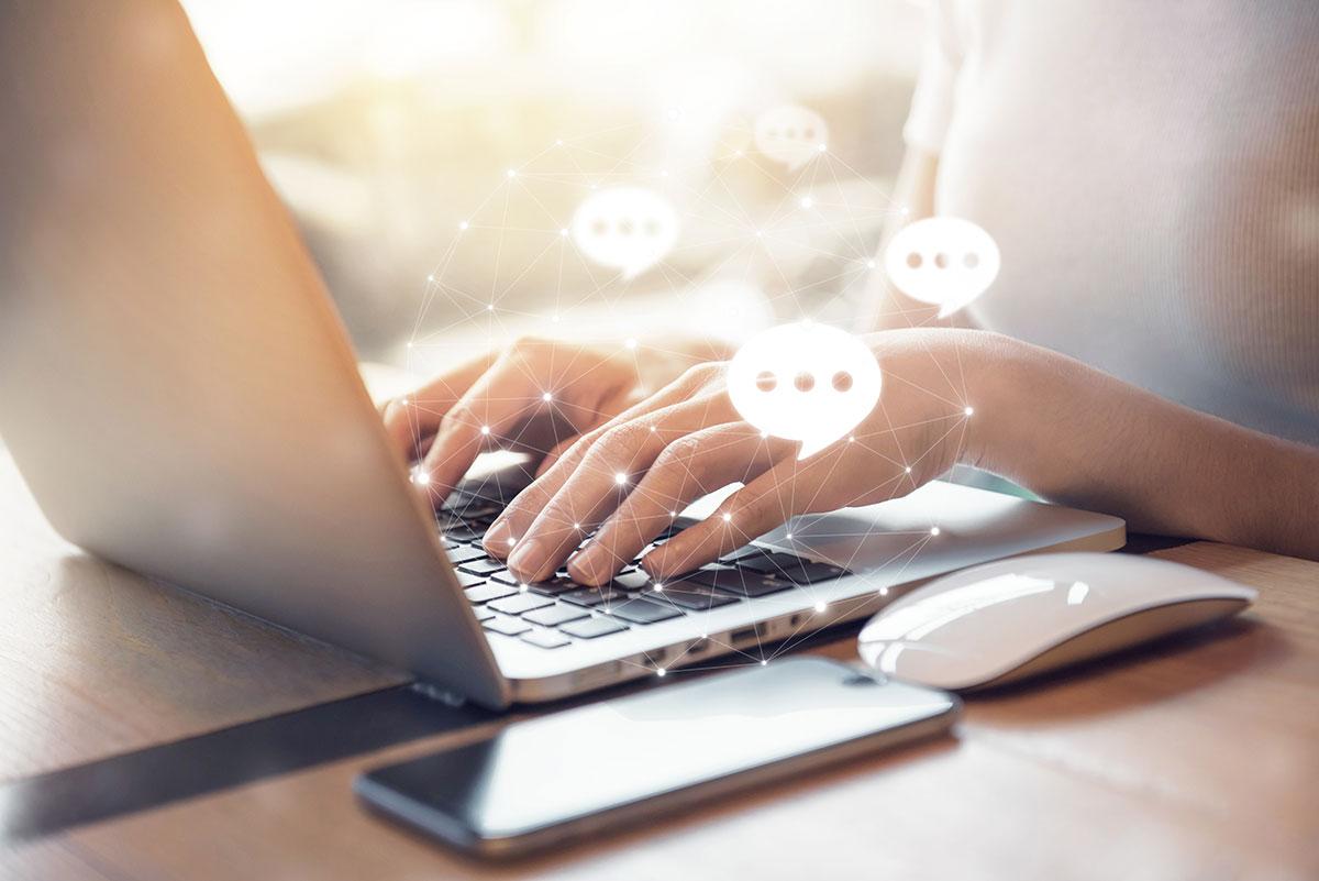 Frau Live Twitter-Chat Kommunikation Laptop Social media